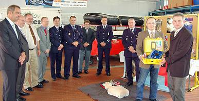 Übergabe des AED-Früh-Defibrilators