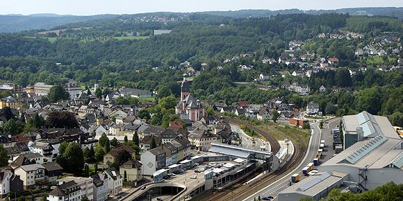 Blick auf den Regio Bahnhof und die Kirchen von Wissen