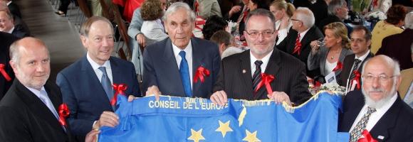 Bürgermeister der Partnerstädte halten die Europafahne